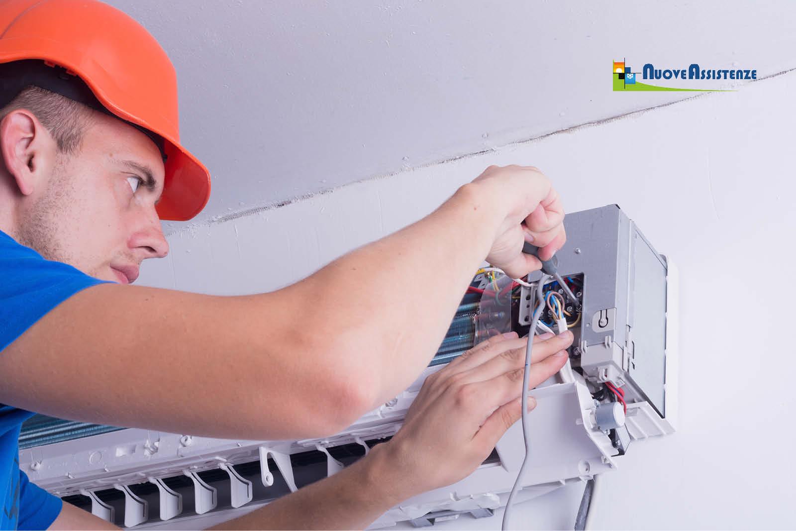 Tecnico che predispone impianto per istallazione aria condizionata