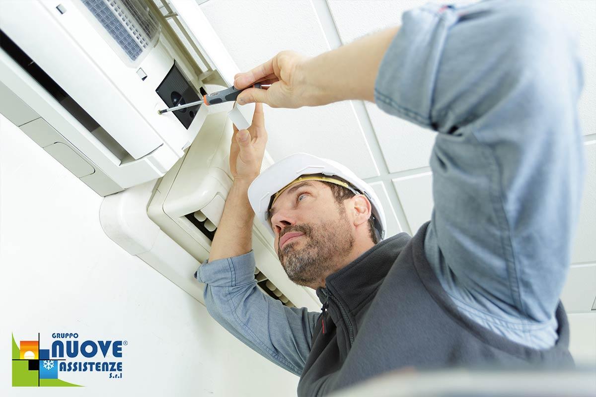 tecnico esegue la pulizia del condizionatore
